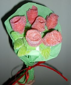 Roll up roses Sweet Bouquets Candy, Candy Flowers, Candy Bouquet, Marshmallow Flowers, Chocolate Candy Recipes, Types Of Candy, Sweet Trees, Candy Pop, Sugar Cake