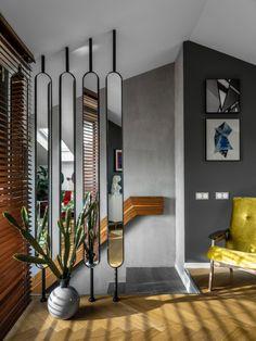 Малая гостиная на втором этаже. Вертикальная зеркальная перегородка сделана на заказ; кресла, Sputnikfurniture; диван, Lema.