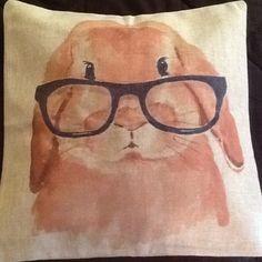 Capa para almofada importada com ziper invisivel. <br>Coelho de óculos, muito fofo.