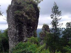 Sepasang batu di salah satu puncak Menoreh, Samigaluh. Jika dilihat dari daerah Ndekso batu ini nampak seperti tanduk di atas bukit