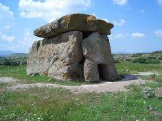 Ce dolmen, connu sous les noms d'un tombeau portail, tombe portail, ou palet, est un type de tombe mégalithique à chambre unique, habituellement composée de trois ou plus, pierres dressées à l'appui d'une grande pierre angulaire plane horizontale. La plupart datent de la période néolithique (4-3000 de la Colombie-Britannique). Habituellement, ils dolmens étaient recouverts de terre ou de pierres plus petites pour former un tumulus, bien que dans de nombreux cas, ce revêtement n'a pas…