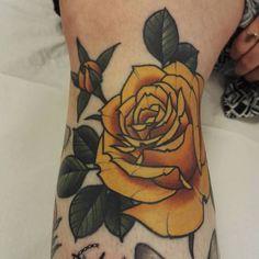 Yellow Rose Tattoo - Neo-Traditional Tattoo Traditional Rose Tattoo (love the neo traditional style, and this color combo) Neo Traditional Roses, Traditional Tattoo Flowers, Neo Traditional Tattoo, American Traditional, Neotraditionelles Tattoo, Flor Tattoo, Tattoo Flash, Tattoos Skull, Body Art Tattoos