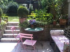 We love this London garden! Wouldn't mind spending some time here in the summer.