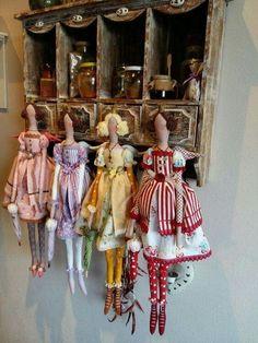 tilda dolls in a row! Native Beadwork, Sewing Dolls, Doll Maker, Doll Crafts, Fabric Dolls, Miniature Dolls, Softies, Doll Patterns, Art Dolls