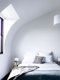 Love this modern and clean bedroom. The curved wall is a great detail.