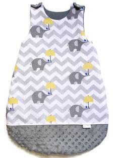 Gigoteuse pour bébé - Taille 3 - 6 mois  Gigoteuse fait de coton devant et de minky au dos.  Doublée à l'intérieur avec de la ouate 100 % polyester et d'un tissus 100 % coton.  Fermeture sur le côté et bouton pression sur les épaules de chaque côté.  Dimensions : 45 cm X 70 cm ( 18 X 28 pouces ) Sleeping Bag, Polyester, Dimensions, Cotton Fabric, Boutique, Etsy, Sleeping Bags, 6 Months, Button