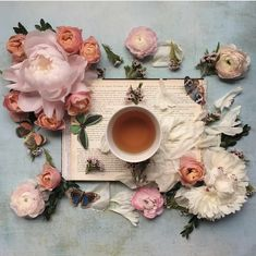 She Loves Blooms Coffee Vs Tea, Coffee Break, Momento Cafe, Coffee Flower, Fun Drinks, Beverages, Romantic Shabby Chic, Fruit Tea, Coffee And Books