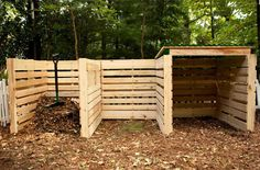 12 Impressive Pallet Fence Ideas Anyone Can Build - Off Grid World compost bin area backyard design diy ideas Diy Garden Fence, Garden Compost, Pallets Garden, Garden Beds, Pallet Gardening, Build Compost Bin, Making A Compost Bin, Pallet Compost Bins, Wooden Compost Bin