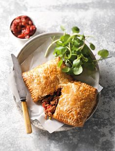 Maalvleispasteie Easy Delicious Recipes, Yummy Food, South African Recipes, Ethnic Recipes, Savoury Baking, Savoury Pies, Beef Steak Recipes, Sausage Rolls, Beef Dishes