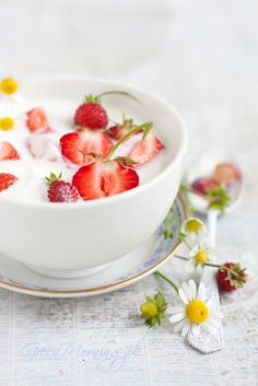 Yogurt with Fresh Strawberries | Foodlicious: Breakfast