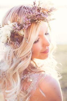 Penteado para noivas com flores delicadas