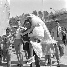 Boda de El Baturro y la Uta. Montjuïc, 1968. AFB J. Léonard (Arxiu Fotogràfic Barcelona) Barcelona, Postcards, Google, The World, Mariage, Barcelona Spain