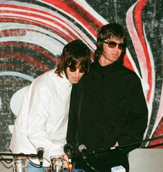 Looking back in anger! A brief history of Liam and Noel Gallagher's VERY famous feud - Irish Mirror Online Oasis Brothers, Liam Gallagher Noel Gallagher, Wonderwall Oasis, Liam And Noel, Oasis Band, Rock Sound, One Ok Rock, Britpop, Bands