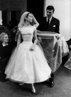 """Audrey Hepburn junto a Hubert de Givenchy. La actriz lleva un vestido de novia diseñado por el modisto francés para la película """"Una cara con ángel) (1957) (Funny Face)"""