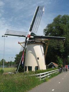 De Roodenburgerpoldermolen, Kanaalweg, Leiden; ronde stenen grondzeiler. In 1893 gebouwd nadat de bestaande molen was afgebrand. Die molen was al de herbouw van de oorspronkelijke molen uit 1647. De oorspronkelijke naam was Kanaalwegmolen, die de Rodenburger- en Cronesteinsepolder bemaalde. Tot 1952 is de molen in bedrijf geweest. Nu is hij niet meer maalvaardig, en gedeeltelijk draaivaardig. Sinds 1980 is hij bewoond en niet toegankelijk voor het publiek.