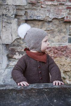 Ørelappluen er en forholdsvis enkel småbarnslue. Med ørelapper og festing under haka forsvinner ikke luen av – og holder små ører gode og varme. Først strikker du en 'vanlig' lue med perlestrikket kant, deretter strikkes ørelappene og 'snoren' under – slik kan ørelappene overføres på alle luer med samme strikkefasthet! Crotchet, Ravelry, Winter Hats, Crochet Hats, Knitting, Pattern, Kids, Design, Fashion