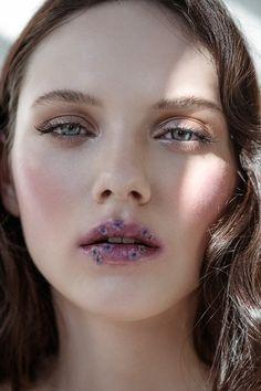 Beauty Editorial - Isabel K. c/o M4Models shot by Sebastian Brüll for Factice Magazine - flowers - lips