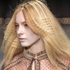 Tendances coiffure automne-hiver : les cheveux gaufrés chez Véronique Branquinho