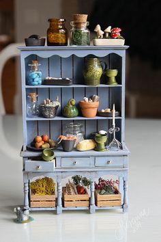 Vitrine Miniature, Miniature Rooms, Miniature Kitchen, Miniature Crafts, Miniature Houses, Tiny Furniture, Miniature Furniture, Dollhouse Furniture, Dolls House Shop