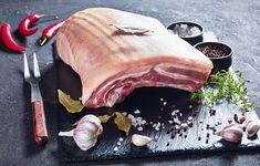 Bůček lze ochutit česnekem, bylinkami i chilli kořením. Crispy Pork, Pork Belly, Bucky, Slate, Steak, Beef, Dishes, Cooking, Food