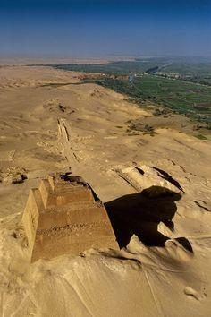 La pirámide de Meidum  Esnofru, faraón de la dinastía IV, quiso erigir la pirámide perfecta. Para ello intentó, sin éxito, acabar la que Uni había empezado en Meidum (derecha).
