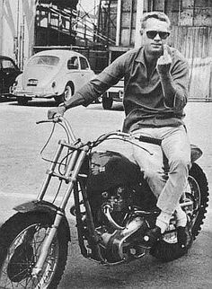 "Renowned race-car & motorcycle driver Steve McQueen, who once said ""he's not sure if he's an actor who races, or a racer who acts"".Always liked McQueen. Triumph Motorcycles, Vintage Motorcycles, Arte Do Pulp Fiction, Estilo Cafe Racer, Steeve Mcqueen, Harley Davidson, Motos Vintage, Vintage Biker, Vintage Men"