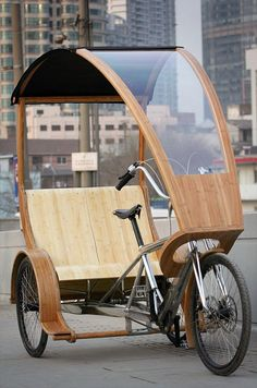 The Bamboo Treecycle is a modern electric-powered tricycle built from lightweight aluminium and a large bamboo canopy. It can seat up to three people and can travel for 110 kilometers without charging the battery. Velo Tricycle, Trike Bicycle, Recumbent Bicycle, Electric Power, Electric Cars, Velo Retro, Retro Bikes, Bike Cart, Velo Cargo