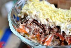 салат-печонкин -Требуемые ингредиенты:  Печень; Яйца — 5 шт.; Морковь 3-4 шт.; Маринованные огурцы 1 банка; Лук 3-4 шт.; Майонез для заправки.