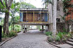 <p>Projetado como uma residência para o industrial e colecionador de arte Raymundo Ottoni de Castro Maya e posteriormente convertido a museu, a arquitetura da chácara apresenta traços modernistas ao mesmo tempo que conserva características tradicionais.</p> <p></p> <p>O tom moderno da construção pode ser apreciado no volume envidraçado sob pilotis que abriga o jardim de inverno e ao mesmo tempo serve de <em>porte-cochère</em> para a residência. A modernidade, no entanto, convive lado a lado…