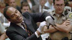 Image copyright                  AP                  Image caption                     La persecución y posterior juicio a OJ Simpson se convirtieron en grandes eventos mediáticos en 1995.   La policía de Los Ángeles (California, EE.UU.) está examinando un cuchillo hallado en la antigua casa del exfutbolista estadounidense O.J. Simpson, cuya absolución del asesinato de su exmujer y el amigo de ella en 1995 cautivó a Estados Unidos y la prensa interna