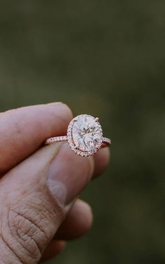 Swooning over this glam halo engagement ring! #haloring