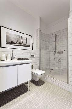 Aranżacja łazienki jest prosta i przestronna. Niewielka łazienka w stylu skandynawskim urządzona jest cała na biało, dzięki czemu wydaje się większa. Wąskie poziome płytki i nieliczne meble potęgują wrażenie prostoty, ale i dobrego smaku w aranżacji łazienki w dawnym stylu.