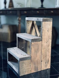 3 Step Stool, Diy Stool, Pallet Crafts, Diy Wood Projects, Wood Crafts, Oberirdische Pools, Farmhouse Stools, Farmhouse Decor, Wood Steps