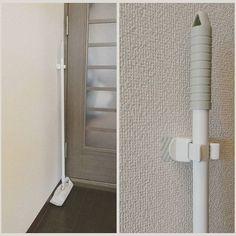 #クイックルワイパー 的な#掃除道具 のしまい場所は… リビングのドアの後ろー(;´_ゝ`) 築20年越えの古いマンションは、収納が「気が利かない」感じ。 よってココです。  立てかけておくと、棒がパタンパタンと倒れてストレスだったので、昨日追加購入した#セリア の#ワンキャッチ で固定。  スッキリ。  壁紙ごとはがれちゃうと困るので#マスキングテープ の上から粘着テープ固定の#ワンキャッチ を取り付けました☆