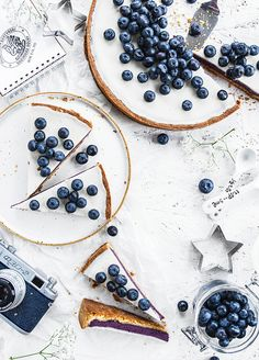 A blueberry tart makes an excellent breakfast food, don't you think? Köstliche Desserts, Delicious Desserts, Dessert Recipes, Yummy Food, Dessert Food, Healthy Food, Dinner Recipes, Cake Photography, Food Photography Styling