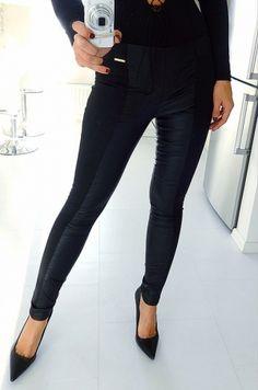 Legínové nohavice kombinované s napodobeninou kože. Vhodné k tričku, tunike, blúzke či tielku.