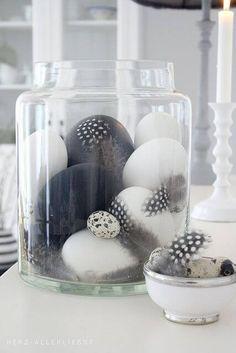 25+ DIY Deko Ideen zu Ostern, moderne Dekoration mit Glasbehälter, Federn und Ostereier