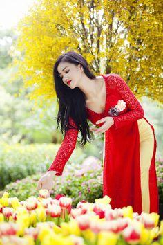 Beautiful, elegant with its own National Flavour. Posted by Sifu Derek Frearson Vietnamese Traditional Dress, Vietnamese Dress, Traditional Dresses, Vietnam Girl, John David, Beautiful Asian Women, Ao Dai, Sexy Asian Girls, Asian Woman