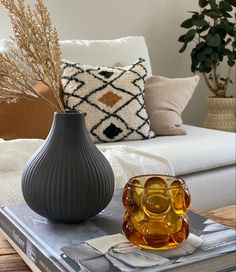 Skapa en härlig känsla i vardagsrummet med lugna och varma toner Vase, Inspiration, Home Decor, Biblical Inspiration, Interior Design, Vases, Home Interior Design, Home Decoration, Decoration Home