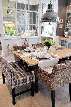 la cocina esta separada en tres sectores, divididos por una estructura de madera pintada en blanco con vidrios repartidos, en cocina propiamente dicha, comedor y lavadero!!! excelente idea!!! me encanta!!!