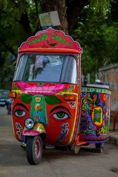 "Doing an innovation on 3 wheels, A quirky rickshaw is serving delicious South Indian food in the Streets of Ahmedabad with a ""TWIST. Monster Truck Birthday, Monster Trucks, Food Truck Design, Amazing India, India Culture, Indian Street Food, Indian Cafe, India Art, Arte Popular"