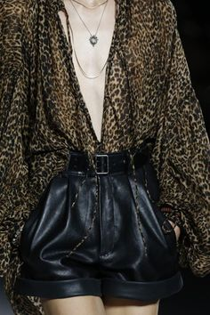 The complete Saint Laurent Spring 2018 Ready-to-Wear fashion show now on Vogue Runway. Summer Fashion Trends, Fashion Week, Look Fashion, Latest Fashion Trends, Fashion Show, Fashion Design, Cheap Fashion, Fashion Ideas, Fashion Fall