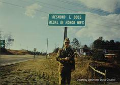 Desmond T. Doss Medal of Honor Highway - Desmond a róla elnevezett út táblájánál :) Hero World, World War Ii, Amazing Movies, Good Movies, Special People, Good People, Desmond Doss, Hacksaw Ridge, War Film