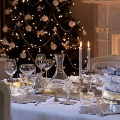 Luxury Christmas Decoration Table Ideas Featuring Clear Glass With Long Legs And Tall White Candle With Small Fire Plus Large Green Pine Christmas Tree Christmas Table Centerpieces, Christmas Table Settings, Christmas Tablescapes, Christmas Decorations, Holiday Decor, Centerpiece Ideas, Magical Christmas, Elegant Christmas, Beautiful Christmas