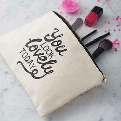 Hoe kan je het beste en het makkelijkste make-up en beautyproducten opbergen? Wij vonden vijf manieren: www.thenewgirlintown.com #organize #makeup #beauty #blogger #organisation #organizing #beautyproducts #nailpolish #Essie #ideas #tips