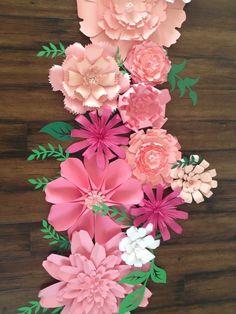 Este listado es para 8 flores de papel en varios tonos de rosa con follaje mixto también en varios tonos de verde. Cada orden es creado específicamente para usted así que por favor espere el tiempo de producción de varias semanas. Ordenado es necesario en menos de dos semanas, por