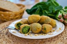 Spinach, cheese and pine nuts are a delicious combination, as shown in these béchamel croquettes. To save time, you can use high-quality frozen spinach, as long Frozen Spinach, Spinach And Cheese, Grated Cheese, Tapas, Casserole Pan, Chopped Spinach, Non Stick Pan, Latin Food, Brunch