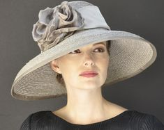18 Sample Fedora Hat for Women Make You More Elegant And Stylish Audrey Hepburn Hut, Melbourne Cup, Chapeaux Pour Kentucky Derby, Kentucky Derby Hats, Hollywood Hills, Downton Abbey, Buckingham Palace, Custom Made Hats, Vestidos