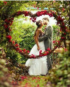 Lindo #coraçãodeflores para incrementar a sua #decoração ou mesmo para fazer #fotos de #prewedding! Super romântico! ❤❤❤❤❤❤ #arcodeflores #casamento #casamentos #wedding  #mesadobolo #mesadedoces #doces #weddingdecoration #decoracao #decoracaodecasamento #weddingday #noivostchucos #bride #noivas #noivassc #noivasfloripa #floripa #sc #jurere  #balneariocamboriu #jurereinternacional #noivas2016 #brides #bridal #bridesmaids #prewedding #weddingrings #bride 📷 pinterest