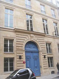 Hôtel de Sénecterre (1685) 24 rue de l'Université et 17-19, rue de Verneuil Paris 75007. Architectes : Thomas Gobert puis remanié en 1711 par Nicolas Ducret et Denis-Claude Liégon. Siège de la maison de couture Saint Laurent.